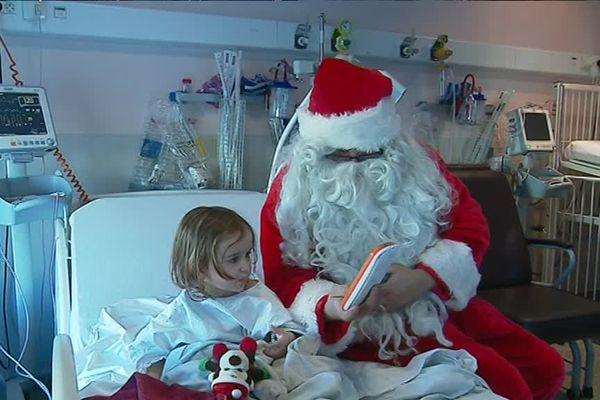 Visite inattendue ce 25 décembre dans la chambre de la petite Maud.