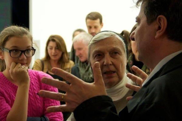Soeur Brigitte, abbesse des clarisses de Ronchamp, attentive au propos de Paul Vincent, architecte RPBW.