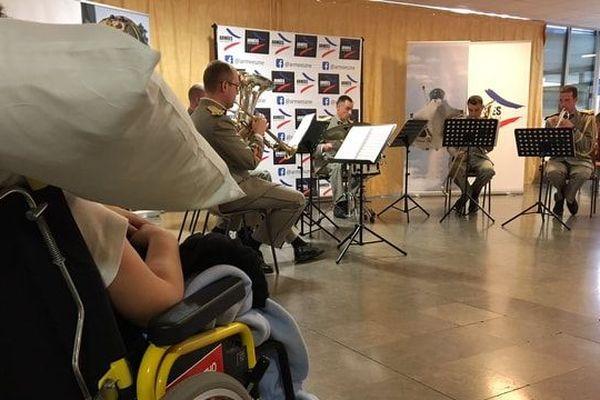 L'orchestre militaire s'est produit devant des enfants et des parents, à l'hôpital pour enfant de Nancy-Brabois, mardi 9 avril 2019.