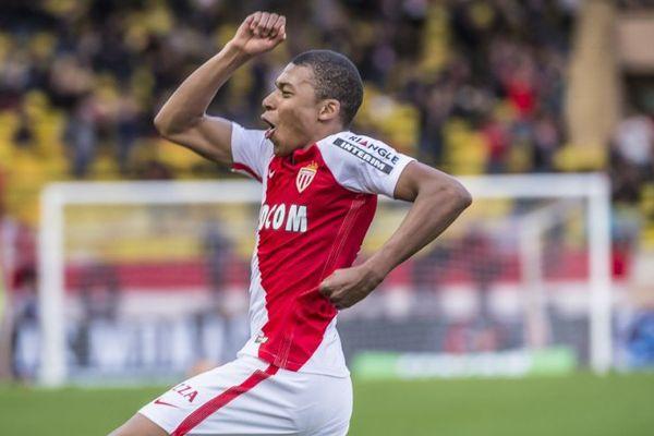 Le jeune attaquant français peut se réjouir. La presse européenne ne tarit pas d'éloges sur lui. Ici, il fête son but contre Bordeaux, le 11 mars 2017.