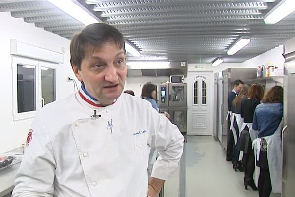 Le chef Laurent Lalvée, Meilleur Ouvrier de France charcutier-traiteur 2007 anime le cours.