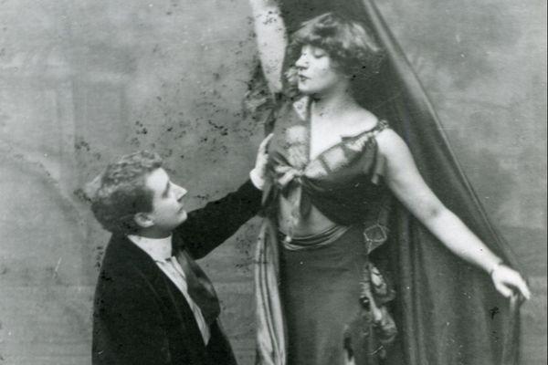 """Colette et Missy sur scène dans """"La Romanichelle""""."""