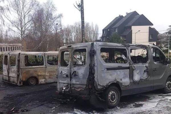 les minibus ont été retrouvés calcinés sur le parking du Cosec.