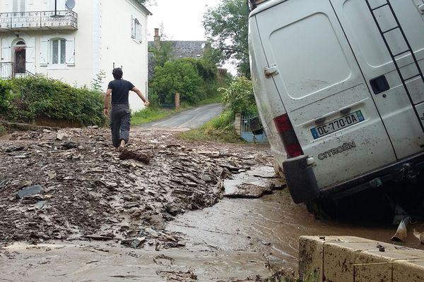 Après les orages de la nuit du 24 au 25 juin 2016, chaussée éventrée à Donzenac, en Corrèze