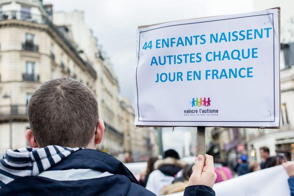 5e edition de la Marche de l'Espérance à l'occasion de la journée mondiale de sensibilisation à l'autisme le 2 avril, à Paris.