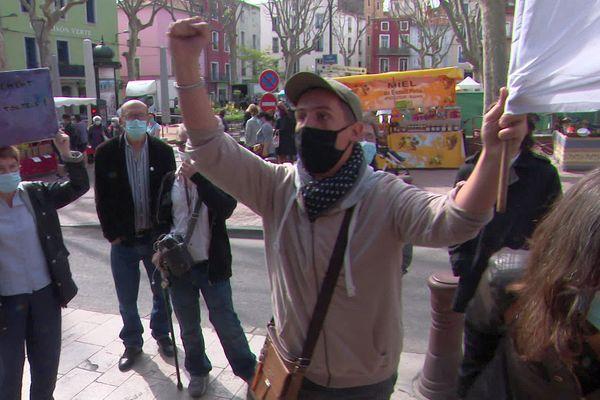 Une quinzaine de manifestants et leurs banderoles devant la mairie de Sète ce mercredi matin.