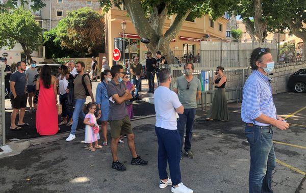 À Porto-Vecchio, des files d'attente se sont formées à l'entrée des bureaux de vote.