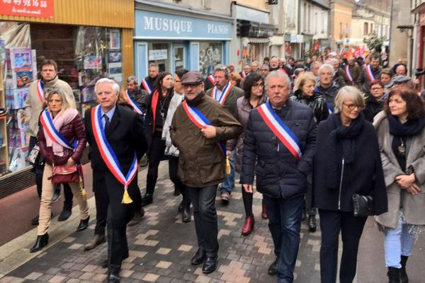 Les élus en tête de cortège de la manifestation pour le maintien du SMUR de Loudun.