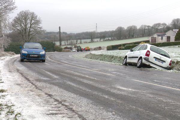 De nombreuses voitures se sont retrouvées au fossé, suite au verglas, comme ici sur une route du Finistère