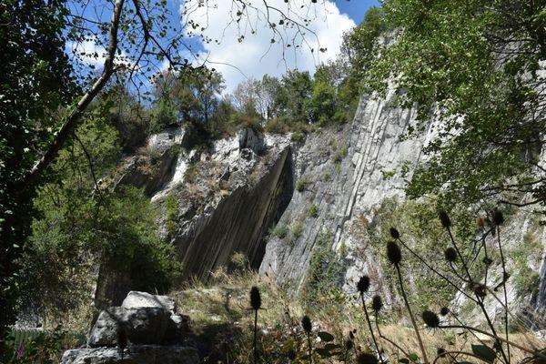 Le calcaire gris des falaises est lui aussi sensible au changement climatique et aux intempéries. Il est sous étroite surveillance