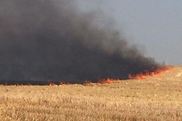 Un violent feu de récolte s'est déclenché cet après-midi à Beaufort-en-Santerre