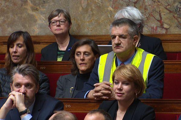 Le 21 novembre 2018, Jean Lassalle arborait un gilet jaune à l'Assemblée nationale, pour afficher son soutien au mouvement.