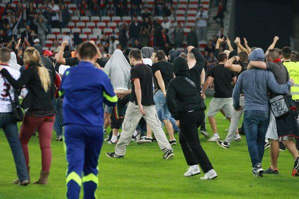 Des supporters niçois envahissent le terrain après le match Nice-Bastia, le 18 octobre 2014
