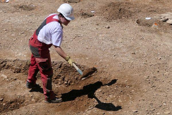 Une archéologue de l'INRAP pendant les fouilles du site de l'ex clinique Sainte-Marthe, à Dijon.