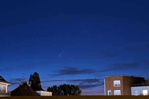 La comète Neowise peut bien s'observer fin juillet à partir de 23 heures.
