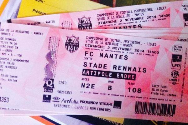 Les places pour le match entre le FC Nantes et le Stade Rennais s'affichent comme des trophées sur les réseaux sociaux