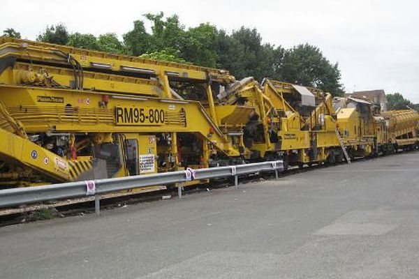 Un train de travaux en gare de Corbeil-Essonnes (Essonne, France). Une dégarnisseuse/cribleuse de la Société Meccoli