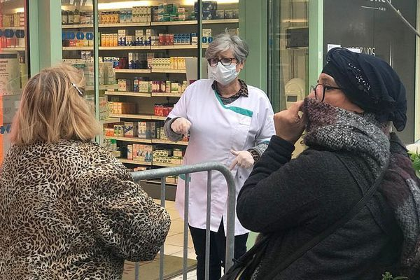 Aigues-Mortes (Gard) - la pharmacie drive made in Camargue - 16 mars 2020.