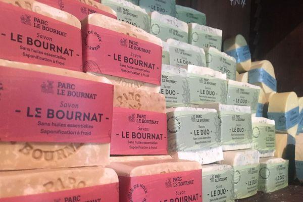 Des savons artisanaux, fabriqués par Isabelle Mazeau au village du Bournat.