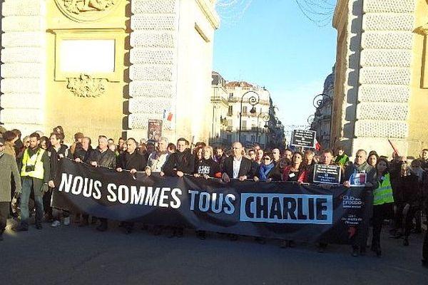 Montpellier - la tête du cortège passe sous l'arche du Peyrou - 11 janvier 2015.