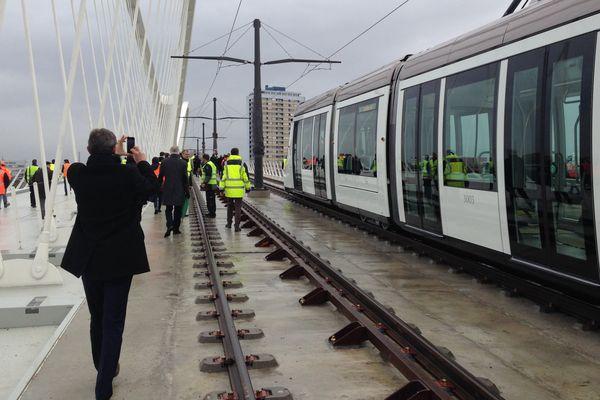 La toute première rame a franchi le pont à 9h45, suivie par de nombreux officiels et badauds