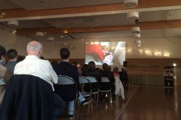 """Plusieurs dizaines de personnes ont assité le 21 mai 2015 à l'avant-première du documentaire """"Obésité, le poids des maux"""", à la Salle des Fêtes et des Congrès de Saint-Yrieix-la-Perche (87)"""
