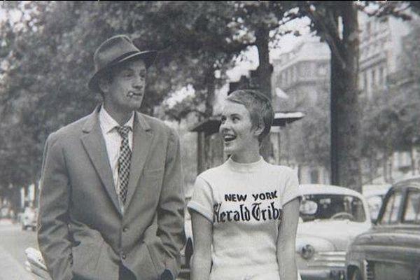 """L'une des plus célèbres photos de Raymond Cauchetier : Jean-Paul Belmondo et Jean Seberg sur les Champs-Elysées dans """"A bout de souffle"""" de Godard en 1959."""