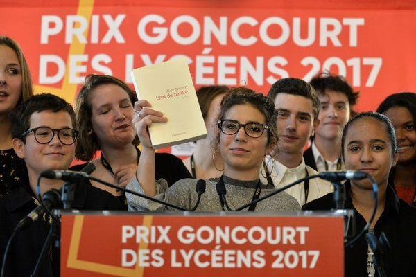 """La chef du jury du Prix Goncourt des lycéens, Laure Humbert (au centre), le roman """"L'Art de perdre"""" d' Alice Zeniter, à Rennes, le 16 novembre 2017."""