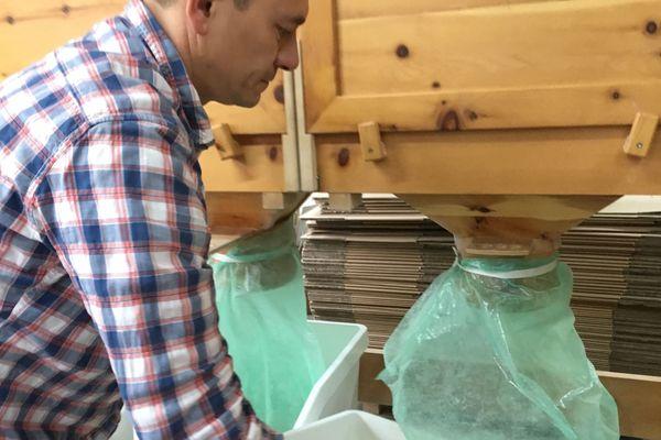 La farine moulue est recueillie dans des bacs