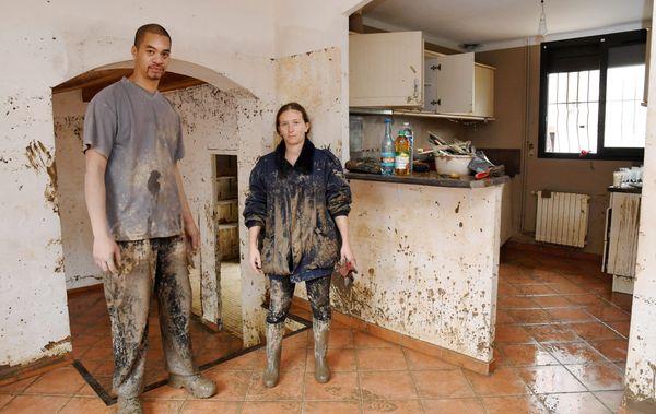 Des habitants dans la boue. Il faut vider et nettoyer. (Trèbes, octobre 2018)