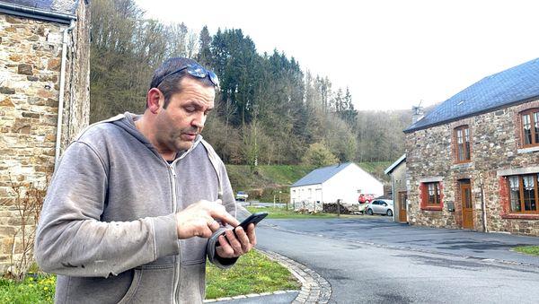 Pour les habitants de Landrichamps, la recherche du signal téléphonique dans la rue est devenu un exercice obligatoire. Olivier Gérard.