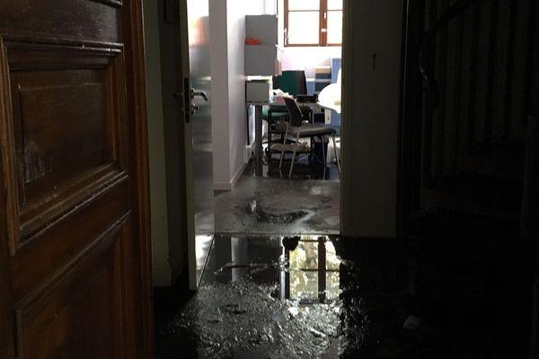 De l'eau dans les couloirs de la mairie après l'intervention des pompiers sur l'incendie.