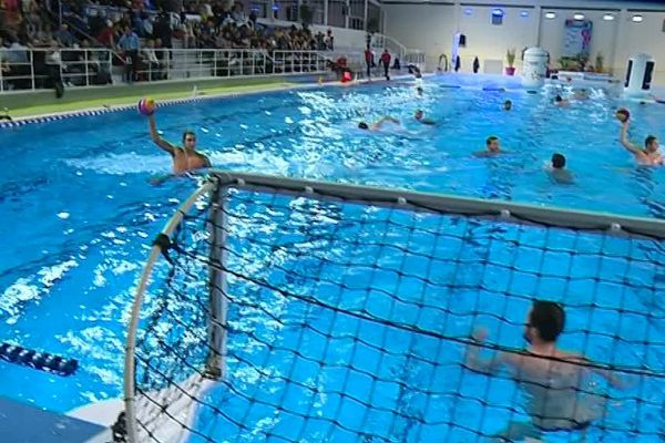 Échauffement de l'équipe de France, à la piscine des Chartreux, à Troyes, à l'occasion du match de Ligue mondiale contre le Monténégro (défaite 13 buts à 9).