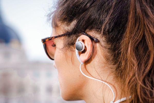 Les écouteurs ne bouchent pas les tympans de l'usager. Ils seront bientôt développés en bluetooth