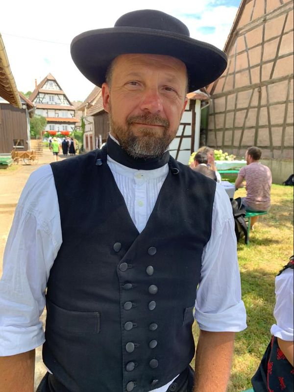 Gilles porte le chapeau des hommes, mariés ou non, catholiques ou protestants. Pas de véritable signe distinctif donc.