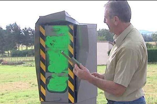 Peint en vert à la mi-août, puis dégradé par la suite peut-être avec une pince ou un pied de biche, ce radar automatique de Bellevue-la-Montagne (Haute-Loire) est désormais hors service. Le maire de la commune ne peut que constater les dégâts.