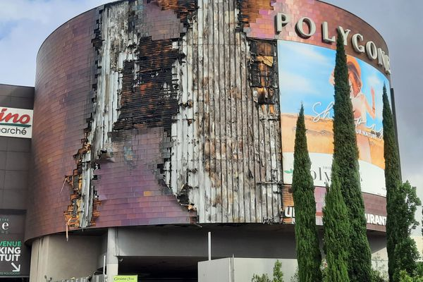 Les dégâts constatés sur la façade du Polygone de Béziers, le lendemain matin.