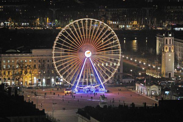 La grande roue sur la place Bellecour, autorisée cent jours à l'année par la ville de Lyon.
