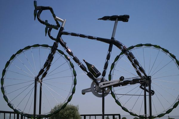 Le vélo trône dans la cour d'une maison de champagne aux Mesneux (Marne)