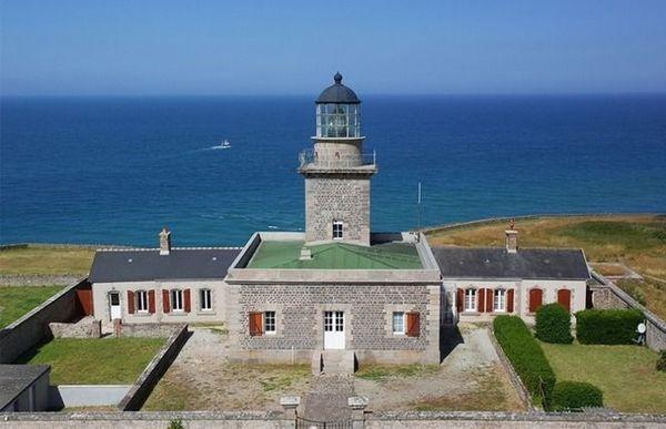 Mer belle et ciel éclairci pour ce mardi après-midi face au phare de Carteret, dans la Manche.