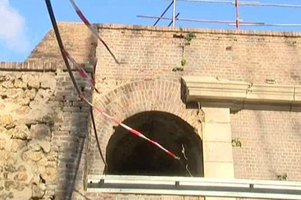 Une partie du fronton du bâtiment découvert caché sous terre au fort de Tourneville.