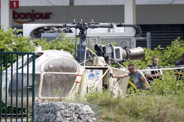 L'hélicoptère utilisé pour l'évasion de Redoine Faïd, en juillet 2018. L'appareil a été retrouvé à Gonesse, dans le Val-d'Oise.
