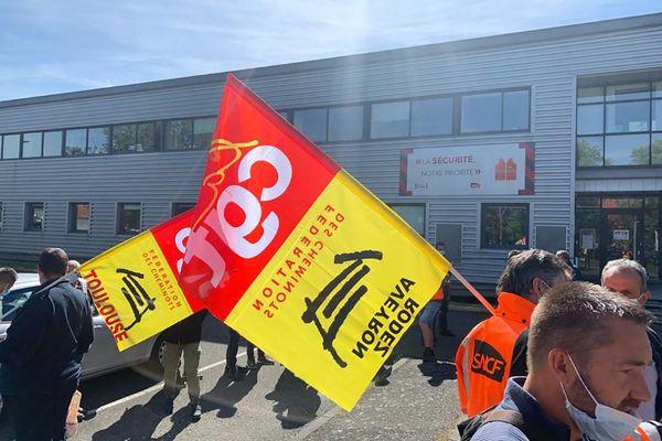 Les cheminots en grève se sont réuni ce jeudi devant la direction de l'équipement de Toulouse pour demander de meilleures conditions de travail.
