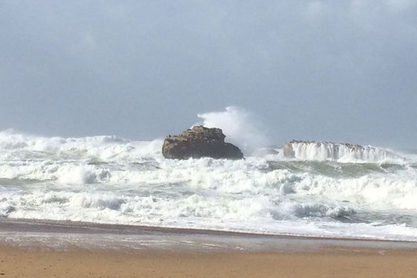 Près du plateau de l'Atalaye, l'océan est agité.