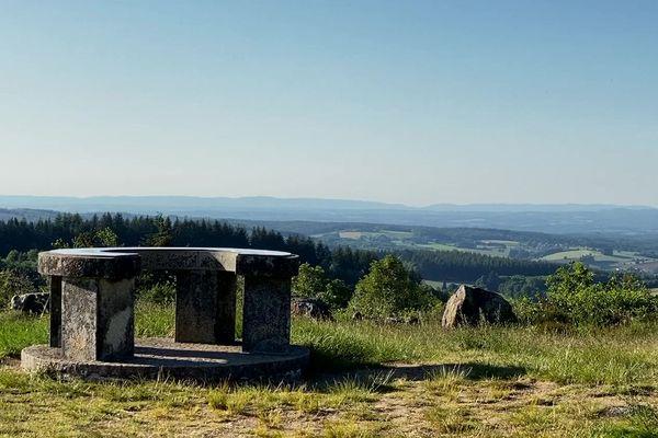 Au sommet du Mont Gargan, la vue sur les plateaux du Limousin.
