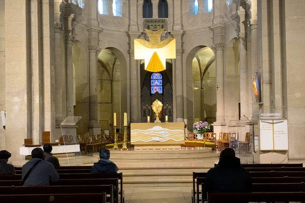 Intérieur de l'église Saint-Lambert, dans le XVème arrondissement de Paris, où l'on voit très distinctement les délimitations pour les fidèles afin de respecter la distanciation sociale. Crédit photo @Elie SAIKALI
