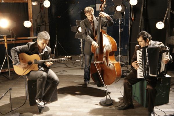 Olivier Kikteff, guitariste et Tanguy Blum, contrebassiste des «Doigts de l'homme» et Marian Badoï forment le Marina Badoï Trio