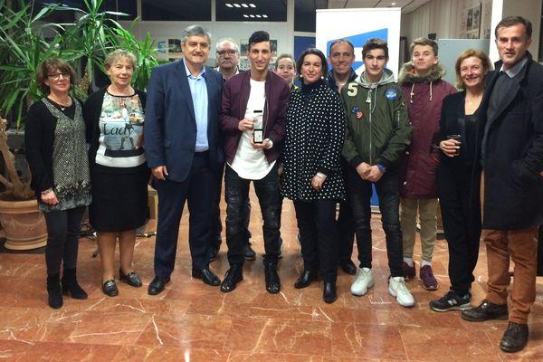 Sofiane Oumiha entouré du directeur de France 3 et de la famille de Marc Guillaume.