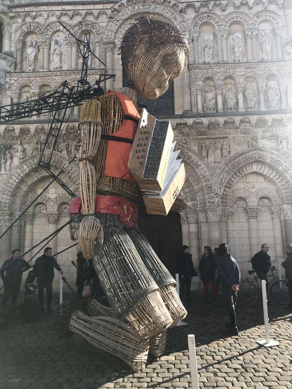 Mo, le géant de la compagnie L'Homme Debout à Poitiers, à genou. À chacune de ses sorties, une vingtaine de techniciens et d'artistes sont mobilisés. Aujourd'hui tous sont immobilisés.