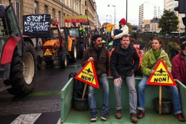 Des tracteurs bloquent le centre-ville de Rennes, ici sur les quais
